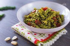 La pasta con pesto di finocchietto è un primo piatto fresco e insolito che vi conquisterà con il suo gusto delicato e la dolcezza dei pomodorini!