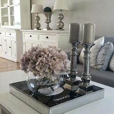 flowers/candle/tray (not colors) room design traditional Coffee Table Styling, Decorating Coffee Tables, Coffee Table Tray, Tray Decor, Small Apartments, Small Spaces, Home Decor Inspiration, Decor Ideas, Home Decor Accessories