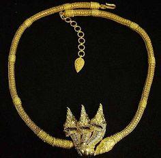 Baan Amphawa :  gold mecklace