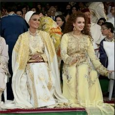 Sheikha Mozah looks divine in caftan inspired dress with spectacular cape. Arabic Dress, Estilo Real, Moroccan Wedding, Moroccan Caftan, Caftan Dress, Royal Fashion, Traditional Dresses, Glamour, Lady