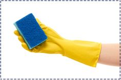 Detergenty zawarte w środkach czystości niszczą skórę oraz paznokcie. Do wszelkich prac domowych warto zakładać rękawice gumowe, które pozwolą ochronić dłonie i płytkę paznokcia przed uszkodzeniami.