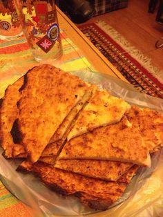 Fainá. Se prepara con harina de garbanzos, en el horno. Delicioso. Si se pone un trozo de fainá encima de un trozo de pizza, se llama: pizza a caballo. Faina-one of Anna's favorite foods-made with chickpea flour, cooked in a pizza oven. So addictive!