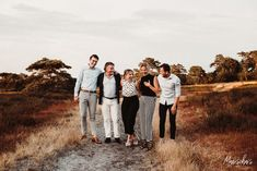 Adult Family Poses, Extended Family Photos, Large Family Photos, Family Picture Poses, Family Picture Outfits, Family Posing, Fun Family Portraits, Family Portrait Photography, Photo Poses