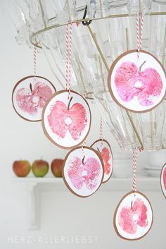 Stamped apples to hang on the chandelier, window garland, etc. ♥ Apfeldruck by herz-allerliebst (Fli Autumn Crafts, Fall Crafts For Kids, Diy For Kids, Diy And Crafts, Arts And Crafts, Visage Halloween, Apple Prints, Fall Diy, Wrapping Ideas