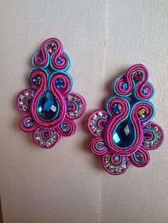 Mis Creaciones I Love Jewelry, Boho Jewelry, Beaded Jewelry, Jewelery, Jewelry Making, Soutache Necklace, Tassel Earrings, Imitation Jewelry, Button Crafts