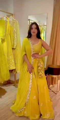 Party Wear Indian Dresses, Designer Party Wear Dresses, Indian Gowns Dresses, Indian Bridal Outfits, Dress Indian Style, Indian Fashion Dresses, Indian Designer Outfits, Saree Fashion, Party Wear Lehenga