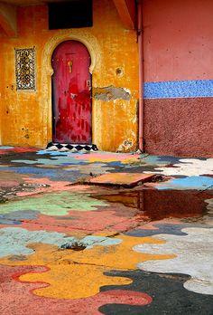 Loving the beautiful patchwork paint design around this Casablanca door! doors of the world. Cool Doors, Unique Doors, When One Door Closes, Door Knockers, Windows And Doors, Red Doors, Stairways, Entrance, Street Art