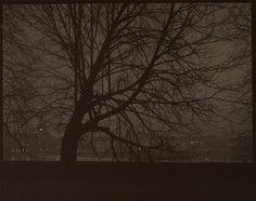 Praga di notte, 1950. (Josef Sudek, Eredi di Josef Sudek/Museo delle belle arti del Canada)