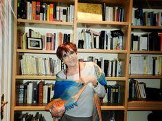 Maruja Torres en su biblioteca.