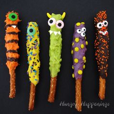 Make cute and quirky Chocolate Caramel Pretzel Monsters for Halloween. They are quick and easy to create and perfect treats for Halloween. Halloween Desserts, Spooky Halloween, Humour Halloween, Halloween Backen, Halloween Treats For Kids, Theme Halloween, Halloween Goodies, Holidays Halloween, Baby Halloween