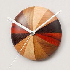 Reloj de pared con maderas combinadas. // beautiful #wood bowl #clock Lathe Projects, Wood Turning Projects, Wood Projects, Woodworking Projects, Luminaria Diy, Cool Clocks, Modern Clock, Diy Clock, Wood Creations