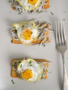receta de tostas de gulas y huevos de codorniz, con video paso a paso Snacks, Tostadas, Healthy Lifestyle, Appetizers, Eggs, Breakfast, Anna, Egg As Food, Egg Salad