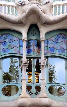 Casa Batlló 1904 1906 Antoni Plàcid Guillem Gaudí i Cornet pieces) Modern Architecture Design, Amazing Architecture, Antonio Gaudi, Cathedral Architecture, Amazing Buildings, Window Styles, Deco, Windows, Doors