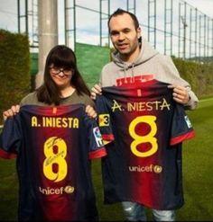 L'Andrés Iniesta i l'Anna s'intercanvien samarretes / Andrés Iniesta i Anna se intercambian camisetas.