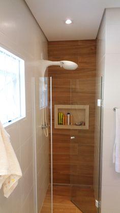 Banheiro Casal Box revestido com porcelanato em réguas padrão madeira e nicho em crema marfil