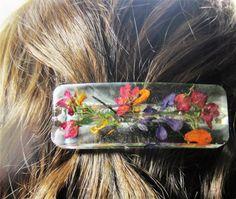 Osez éblouir avec ce coloré, un dune barrette à cheveux aimables ! Il a juste la bonne touche pour attirer lattention sur vos beaux cheveux !  Les fleurs sont bleu lobelia, pétales de souci jaune, boronia rose et une rose larkspur. Les fleurs semblent flotter dans la résine de bijoutier durables. La barrette Français est en métal argenté.  La barrette de cheveux est résistant à leau, mais nest pas étanche. Je ne sais pas comment il résistera dans une piscine, mais je ne le recommanderais…
