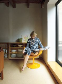 Lange reads the newspaper in a vintage Pierre Paulin Little Tulip chair for Artifort. Light Wood Cabinets, White Cabinets, Article About Family, Brooklyn House, Tulip Chair, Undermount Sink, Prefab Homes, Shape Design, Home Renovation