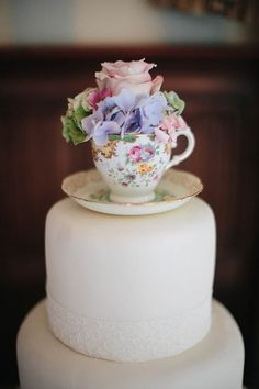 Cake with vintage teacup & flowers Like this as a shabby chic wedding cake!!!