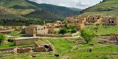 Turabdin, yukarı Mezopotamya'da bulunan, inişli-çıkışlı yüksek bir kalker platosu. 'Tanrı Hizmetkarları Dağı' olarak da biliniyor. Bunun nedeni ise, 4. yüzyıldan itibaren burada kurulan 80 manastırda, keşişlerin yaşaması ve ibadet etmesi.  Turabdin Platosu, Mardin'in 30 km güneydoğusunda, Mardin – Nusaybin yolunun (Tarihi İpek Yolu) 9 km doğusunda bulunuyor. En büyük özelliği Süryaniler tarafından kutsal ilan edilmesi. Arkasında Anadolu Dağları, önünde ise ucu bucağı bilinmeyen Mezopotamya…