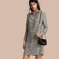 Burberry Vestido estilo camisa de seda com estampa de folhas