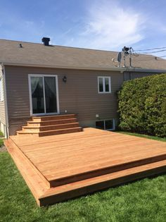 There is often a great difficulty in trying to find creative inspiration to transform your outdoor deck into the perfect combination of design options t. Patio Steps, Diy Patio, Backyard Patio, Backyard Landscaping, Patio Deck Designs, Patio Design, Diy Terrasse, Floating Deck, Decks And Porches