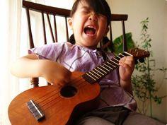 ギターが欲しいというのでウクレレを購入。  弾きたかったのがロックンロールだと知ったのはその後だ。  (ダカフェ日記より)