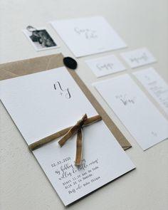Deze trouwkaart is minimalistische trouwkaart kun je zelf aanpassen naar wens. Het zwart witte en het logo van de intitialen van de namen geven deze uitnodiging een rustige uitstraling. Mocht je het kaartje te rustig vinden dan kun je net als op de foto een velvet lint of ander touwtje aan de kaart toevoegen. #trouwen #trouwdag #trouwkaart #weddingdetails #trouwjurk #trouwpak Gift Wrapping, Cards, Gifts, Gift Wrapping Paper, Favors, Gift Packaging, Maps, Presents, Gift
