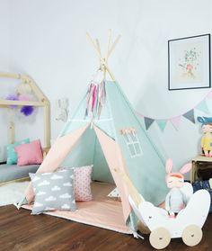 Mooie indoor speeltuinen Tipi, geweldig voor meisjes of jongens. De tipi is handgemaakt met uiterste zorg en kwaliteitsmaterialen. 100% katoen  Afmetingen zijn:  180CM (71) High van Polen.  110CM (43) kant van de base.  110x110cm tapijt (43).   Wat is inbegrepen: -stof Tipi tent met venster -houten (grenen) palen x4 -binden -tapijt (afhankelijk van de geselecteerde opties)   De tent kan zowel binnenshuis worden gebruikt en buiten maar is niet ontworpen om te worden weggelaten in nat weer…
