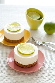 mini cheescake with lime by Flinn - maybe with a small lime wedge instead of a slice Frozen Cheesecake, Lime Cheesecake, Cheesecake Recipes, Mini Cakes, Cupcake Cakes, Desserts With Biscuits, Mini Cheesecakes, Easy Desserts, Love Food