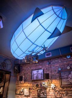 Стимпанк интерьер со светильником в форме дирижабля