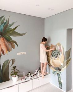 Lovely Flower Murals Transform Ordinary Rooms into Spaces with Blooming Personalities Beautiful Flower Mural Art Makes Ordinary Rooms Bloom with Personality Mural Floral, Flower Mural, Flower Wall, Diy Wall, Wall Decor, Street Mural, Mural Wall Art, Beautiful Wall, Interior Design Living Room