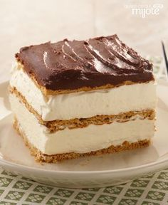 "my mom used to make this for guests! Graham Cracker Eclair ""Cake"" -- This delectably airy treat includes graham cracker layers that become cake-like and soft from the pudding. Bonus: This easy dessert recipe can be prepared in just 15 minutes. Desserts For A Crowd, No Bake Desserts, Easy Desserts, Delicious Desserts, Dessert Recipes, Baking Desserts, Vanilla Pudding Desserts, Pudding Icing, Eclair Cake Recipes"