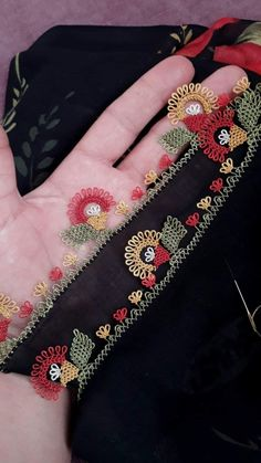 Arkadaşlar çiçeklerimde kullandığım ip markası @oyali_suni_ipek renk numaralarını ise görselimde paylaştım. . . .  iğneoyası  igneoyası… Thread Art, Needle And Thread, Balochi Dress, Saree Border, Abaya Designs, Needle Lace, Baby Knitting Patterns, Tatting, Diy And Crafts