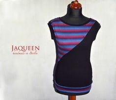 Figurbetontes, sportliches  Jaqueen - Shirt mit Rundhalsausschnitt aus schwarzem Baumwolljersey.   Mit blau rot gestreifter Passe am Vorderteil.    ...
