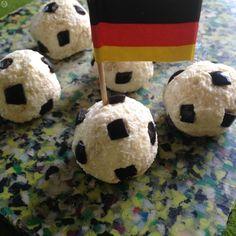 Fußball-Käsepralinen - Idden für Essen zum Fußball, Fußballspiel, Fußball EM, Super Fingerfood mit Crackern oder man kann die kleinen Fußbälle auch als Deko für eine Käseplatte verwenden. @ de.allrecipes.com