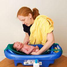 Después del nacimiento de tu bebé puedes elegir si deseas que retrasen su primer baño. Es otra decisión que puedes agregar a tu plan de parto.  En muchos hospitales es un protocolo rutinario bañar al bebé después de su nacimiento.