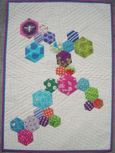 The Elven Garden: Hexy Trail Mini Quilt. Different size hexies appliqued to top. Quilting Projects, Quilting Designs, Sewing Projects, Quilting Tips, Sewing Ideas, Craft Projects, Small Quilts, Mini Quilts, Baby Quilts