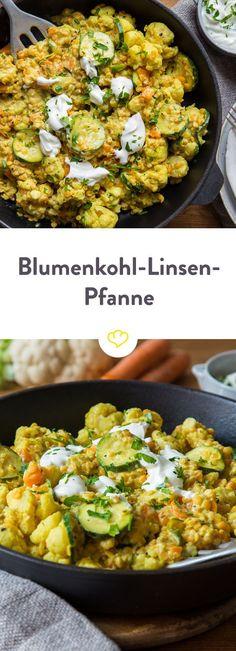 Diese Curry-Linsen-Pfanne mit cremigem Joghurt macht satt, ist Low-Carb und schmeckt auch noch am nächsten Tag im Büro. Und das Beste: In 25 Minuten fertig.