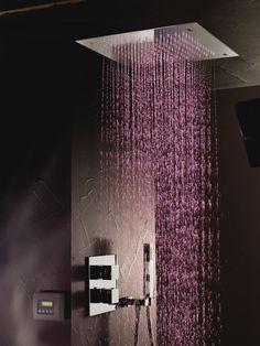 Deze xxl plafonddouche is verkrijgbaar met LED-verlichting. Zo kun je het licht in de douche aanpassen aan jouw gemoedstoestand.