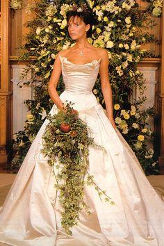LEGENDÁS ESKÜV?I RUHÁK | A Wedding & Wedding Flowers magazin összegy?jtött 10 legendás esküv?i ruhát, amiket valószín?leg az egész világ ismer, azok legalábbis biztosan, akik nem egy barlangban töltötték az elmúlt 20 évet. Stílusban, fazonban, de még színben is nagyon eltér? ruhákról beszélünk, ami klasszikus bennük: híres n?k viselték ?ket olyan természetes méltósággal, amit Neked is érdemes ellesned t?lük. Ne feledd, a magabiztosság a legjobb kiegészít?! ;-) #híresmenyasszonyok