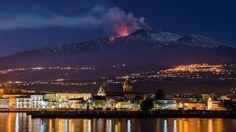 ERUPCION. El monte Etna, el volcán más activo de Europa, arroja lava mientras la ciudad siciliana de Riposto, Italia, es vista en primer plano, durante una erupción en las primeras horas del martes 11 de abril de 2017. (AP / Salvatore Allegra)