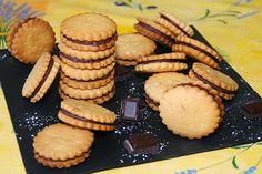 """750g vous propose la recette """"Biscuits au chocolat façon Prince de LU"""" notée 4.1/5 par 14 votants. Biscuit Cake, Biscuit Cookies, Biscuit Recipe, My Recipes, Sweet Recipes, Cake Recipes, Recipies, Mini Dessert Shots, Mini Pastries"""