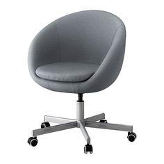 IKEA - SKRUVSTA, Kontorstol, Vissle grå, , Kan indstilles i højden, så du sidder behageligt.Sikkerhedshjulene har en trykfølsom låsemekanisme, der holder stolen sikkert på plads, når du rejser dig, og automatisk låser hjulene op, når du sætter dig.De gummibelagte hjul kører godt på alle gulve.