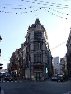 triangular buildings. This one is on the corner of Rue de la Régence and Rue de l'Etuve.