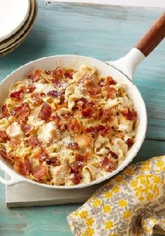 Cheesy chicken Alfredo Skillet – Cheesy Alfredo meets easy chicken skillet dish in this bacon-and-Parmesan-topped crowd-pleaser.