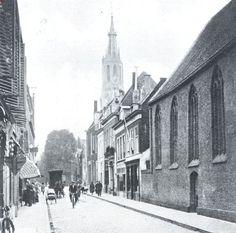 De Nieuwstraat te Delft. Rechts de kapel van het v.m. klooster der Heilige Geest-Zusters Delft, North Sea, Old City, Holland, Street View, Shapes, Building, Nostalgia, The Nederlands