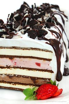 This Easy Neapolitan Ice Cream Sandwich Cake Recipe is fast fast fast to make. And it disappears just as quickly too. Layer ice cream and fudge sauce between ice cream sandwiches and you're good to go (Ice Cream Cakes) Brownie Desserts, Oreo Dessert, Mini Desserts, Easy No Bake Desserts, Cheesecake Desserts, Ice Cream Desserts, Strawberry Desserts, Frozen Desserts, Ice Cream Recipes