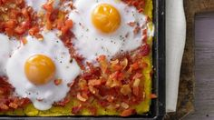 Pizza auf Mexikanisch: Polenta-Pizza auf mexikanische Art mit scharfer Paprika-Salsa und Ei | http://eatsmarter.de/rezepte/polenta-pizza-mexikanische-art