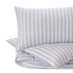 Ein Hoch auf Streifen. Für unsere Perkal-Bettwäsche Izeda verweben unsere Partner in Portugal beste Baumwolle in Dobby-Bindung mit leichter Textur. Breite unregelmäßige Streifen kreieren auf der Vorderseite ein maritimes Flair, während zarte Linien auf der Rückseite einen schönen Kontrast bilden. Ein Kissenbezug mit Einschlag und verdeckte Knöpfe an der Bettdecke schließen die Bettwäsche-Kollektion.