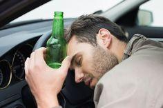 """Met een flinke slok op achter het stuur kruipen is niet verstandig. Diegewaagde stelling komt vanverkeersdeskundige Gerard Oefermans. Uit onderzoek blijkt dat alcohol en autorijden geen goede combinatie zijn. Oefermans pleit ervoor om stomdronken autorijden wettelijk te verbieden. Volgens de verkeersdeskundige kan alcohol van invloed zijn op de rijvaardigheid. """"Uit experimenten blijkt dat een dronken bestuurder minder snel reageert op [...]"""